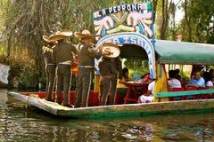 Mariachis en el barco en Xochimilco, México Imagen de archivo libre de regalías