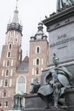 Mariacka-Basilika-Kirche mit Adam Mickiewicz Monument, Krakau Lizenzfreie Stockfotos