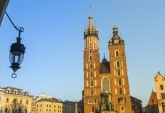 Mariacki教会在Rynek Glowny -克拉科夫大广场  图库摄影