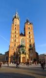 Mariacki domkyrka på den huvudsakliga fyrkanten i gammal stad av Krakow Royaltyfri Foto
