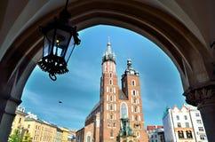 Mariacki kyrka cracow arkivfoton