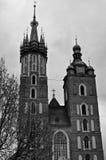 Mariacki kyrka i den Cracow fasaden Arkivbilder