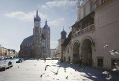 Mariacki kyrka och Sukiennice Arkivfoton