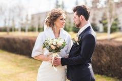 Mariage d'automne de marié et de jeune mariée photo stock