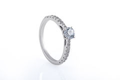 Mariage d'or blanc, bagues de fiançailles avec des diamants Photos stock