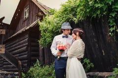 Mariage de Boho beaux couples embrassant en parc Photo libre de droits