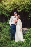 Mariage de Boho beaux couples embrassant en parc Image libre de droits