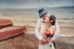 Mariage de Boho beaux couples embrassant sur la côte Images libres de droits
