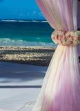 Mariage de destination à la station de vacances tropicale Images libres de droits