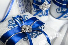 Mariage de luxe avec le beau décor bleu, coussin pour des anneaux photo libre de droits