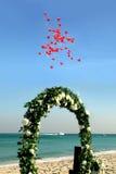 Mariage de plage avec les ballons et le bateau rouges Image libre de droits