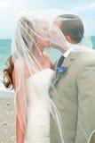 Mariage de plage : Baiser de mariée et de marié Images stock