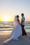 Mariage de plage de Married Couple Sunset de jeune mariée et de marié Images libres de droits
