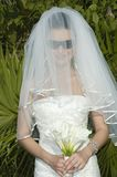 Mariage de plage des Caraïbes - mariée avec le voile et les lunettes de soleil Image libre de droits