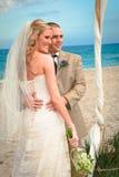 Mariage de plage : Mariée et marié Images libres de droits