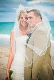 Mariage de plage : Mariée et marié Photos stock