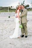 Mariage de plage : Mariée et marié Photographie stock libre de droits