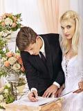 Mariage de s'inscrire de marié et de jeune mariée Photographie stock libre de droits