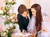 Mariage de s'inscrire de marié et de jeune mariée Photo stock