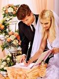 Mariage de s'inscrire de marié et de jeune mariée Images libres de droits