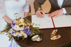 Mariage de s'inscrire de marié et de jeune mariée Image stock
