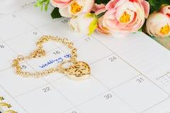 Mariage de Word sur le bracelet de calendrier et d'or Photographie stock libre de droits
