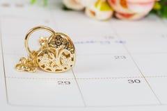 Mariage de Word sur le bracelet de calendrier et d'or Image stock