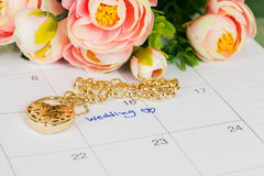 Mariage de Word sur le bracelet de calendrier et d'or Photo stock