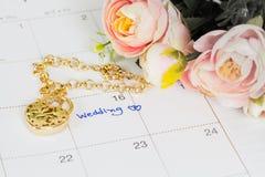 Mariage de Word sur le bracelet de calendrier et d'or Photographie stock