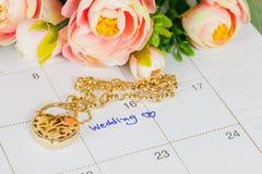 Mariage de Word sur le bracelet de calendrier et d'or Photos stock