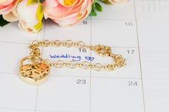 Mariage de Word sur le bracelet de calendrier et d'or Photos libres de droits