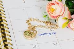 Mariage de Word sur le bracelet de calendrier et d'or Images stock