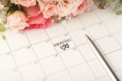 Mariage de Word sur le calendrier avec les fleurs douces Images stock
