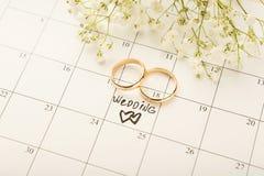 Mariage de Word sur le calendrier avec les fleurs douces Photos stock