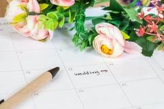 Mariage de Word sur le calendrier avec les fleurs douces Image libre de droits