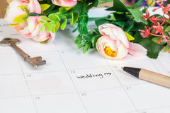 Mariage de Word sur le calendrier avec les fleurs douces Photographie stock