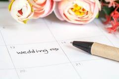 Mariage de Word sur le calendrier avec les fleurs douces Photo libre de droits