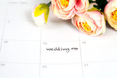 Mariage de Word sur le calendrier avec les fleurs douces Image stock