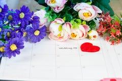Mariage de Word sur le calendrier avec les fleurs douces Photos libres de droits