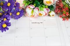 Mariage de Word sur le calendrier avec les fleurs douces Photo stock