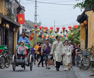 Mariage et touristes sur des rues de Hoi An, Vietnam image libre de droits