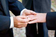 Mariage gai - échange des anneaux Photo stock