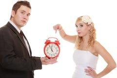 mariage Heure de se marier Marié de jeune mariée avec l'horloge Image libre de droits