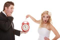 mariage Heure de se marier Marié de jeune mariée avec l'horloge Photographie stock