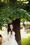 mariage Jeune belle jeune mariée dans la robe blanche de vol tenant le Ne Images stock