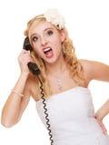 mariage Jeune mariée fâchée de fureur de femme parlant au téléphone Images libres de droits