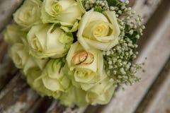 mariage Le bouquet du ` s de jeune mariée avec des anneaux de mariage Bouquet nuptiale Photos libres de droits