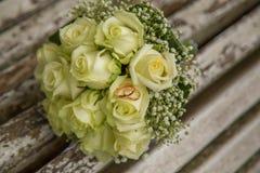 mariage Le bouquet du ` s de jeune mariée avec des anneaux de mariage Bouquet nuptiale Photo libre de droits