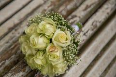 mariage Le bouquet du ` s de jeune mariée avec des anneaux de mariage Bouquet nuptiale Images stock