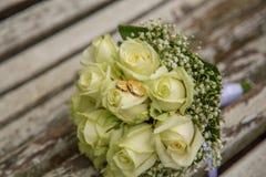mariage Le bouquet du ` s de jeune mariée avec des anneaux de mariage Bouquet nuptiale Photo stock